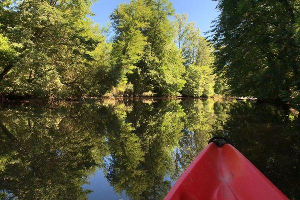 """Embarquez avec nous pour découvrir l'Auvézère, rivière réputée pour être """"la plus belle"""" du Périgord !"""