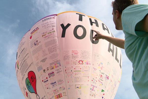 """Leandro Corradini devant son """"Thank you Ballon""""."""