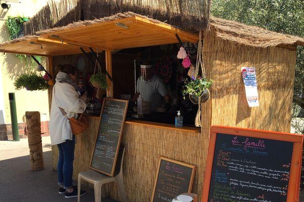 La cabane de vente éphémère d'Alicia et son époux.
