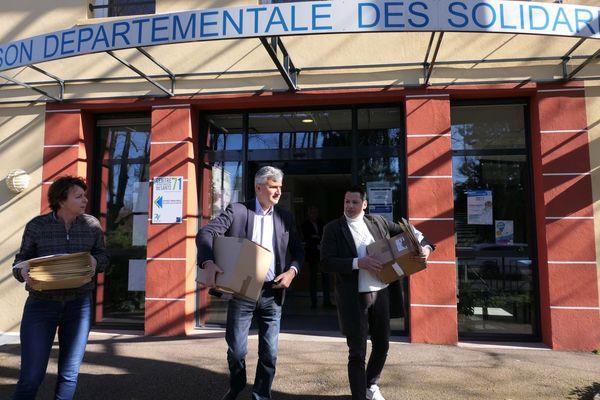 Distribution de masques par le président du Conseil départemental de Saône-et-Loire et une partie de ses équipes