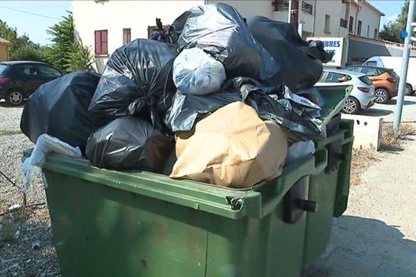 A Aleria, les poubelles débordent ce vendredi. C'est l'une des conséquences du blocage du centre d'enfouissement des déchets de Prunelli di Fium'Orbu.