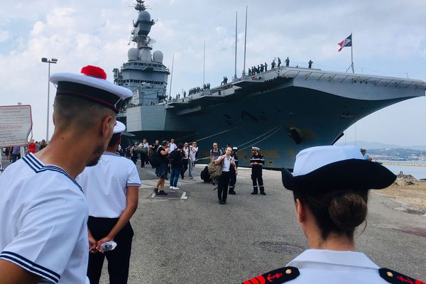 Le porte-avions Charles-de-Gaulle revient à Toulon après une mission de quatre mois qui inaugurait sa reprise de service. Le bâtiment a été modernisé par 18 mois de travaux. Une foule joyeuse a accueilli l'équipage.