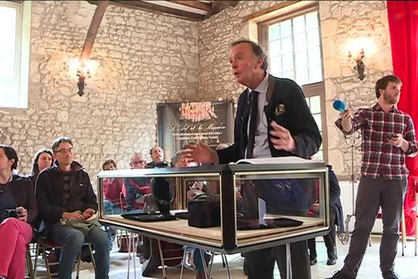 Philippe Rouillac, commissaire-priseur présente les objets du Trésor de Tavers à Meung-sur-Loire (45)