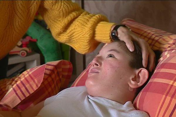 Le polyhandicap de Mathis nécessite un suivi médical en permanence.