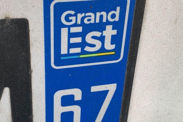 Le logo de la région Grand Est, honni par plusieurs Alsaciens, est actuellement le seul officiellement autorisé à figurer sur les plaques d'immatriculation.