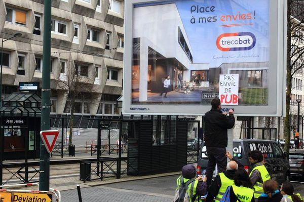 L'une des actions du collectif, samedi 24 mars, dans le centre de Nantes.