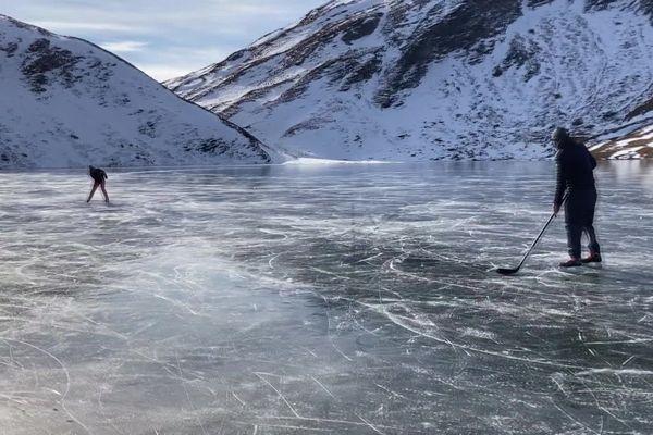 Les joueurs du club de hockey de Bourg-Saint-Maurice ont traversé la frontière pour patiner sur le lac du Verney, situé dans la vallée d'Aoste en Italie.