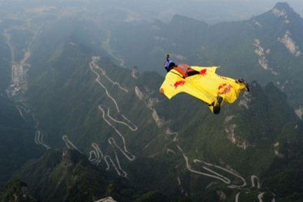 Les adeptes du Wingsuit peuvent atteindre des vitesses de 180 km/h