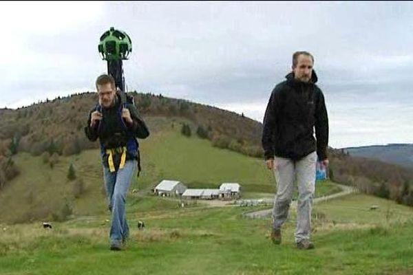 L'un des marcheurs équipé d'un sac à dos surmonté d'une caméra 360°