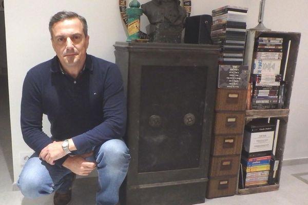 Philippe Esvelin devant le coffre qui a révélé tous ses secrets.