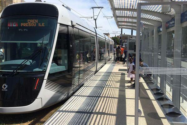 Le tramway à quai dans la nouvelle station Château / Quatrans