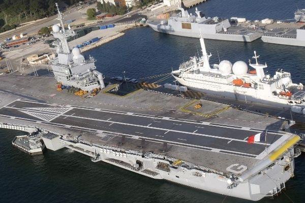 Le porte-avions Charles de Gaulle en rade de Toulon
