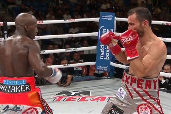 L'Américain Tevin Farmer (à g) et  Guillaume Frénois lors de leur combat de boxe à Arlington (Texas), dans la nuit du 26 au 27 juillet 2019.