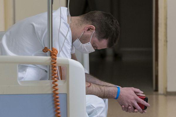 Illustration : en pleine épidémie de Covid-19, les soignants sont fatigués et ne veulent pas rentrer chez eux pour ne pas contaminer leurs proches.