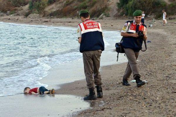 La photo terrible d'un enfant mort retrouvé sur une plage de Bodrun en Turquie publiée en Angleterre et en Turquie divise les médias français