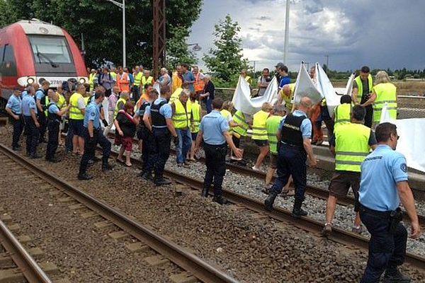 """Baillargues (Hérault) - manifestation du collectif """"Protégeons Mudaison"""" et blocage d'un TER en gare - 16 juin 2015."""