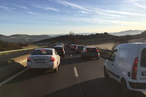 Mardi 18 décembre, la circulation sur l'autoroute A75 est interrompue, suite à un accident survenu la veille. Un poids lourd a, en effet heurté le bord du tablier d'un pont. Des déviations sont en place. Sur la voie rapide de Beaumont (Photo), les automobilistes doivent faire preuve de patience avant de pouvoir rejoindre l'autoroute.