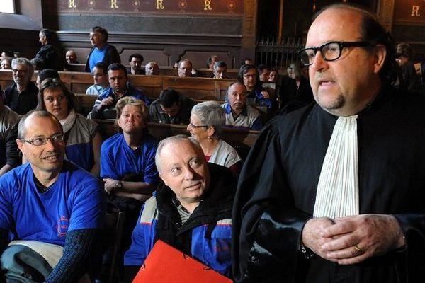 Les ex-salariés de Molex et leur avocat, Jean-Marc Denjean.