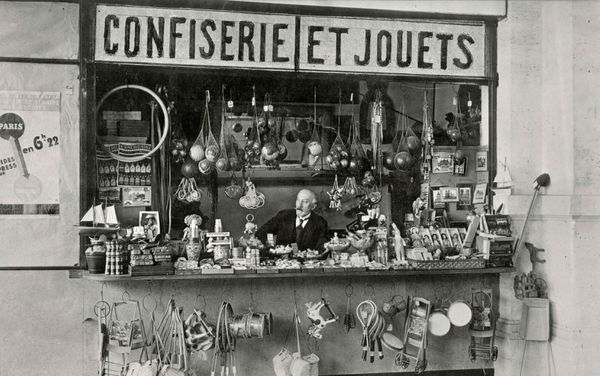 Méliès devant la deuxième boutique de la gare Montparnasse. Photographie, vers 1930