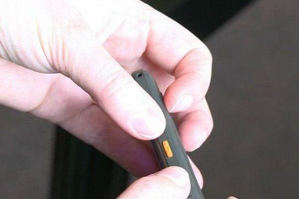 Une touche sur le côté du téléphone met la personne directement en relation avec les secours