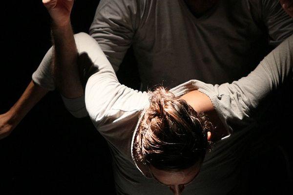 Huit danseurs sur scène, dont une femme dangereuse