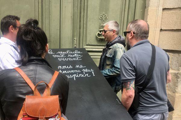 Des professionnels du spectacle ont déposé un cercueil devant la DRAC à Rennes