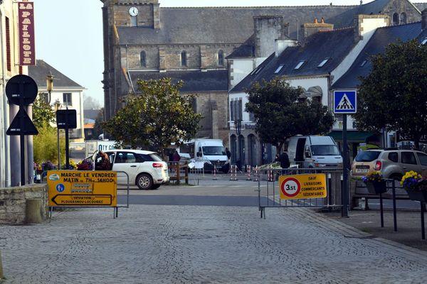 Une rue de Lanmeur (Finistère), un jour de marché