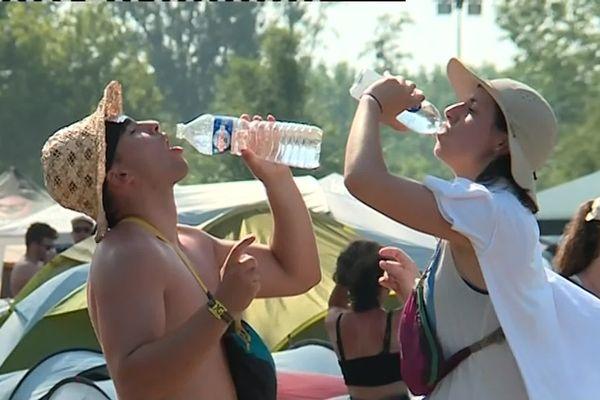 Brumisateur, eau en bouteille, robinets..L'eau était très convoitée durant ces quatre jours de festiaval.
