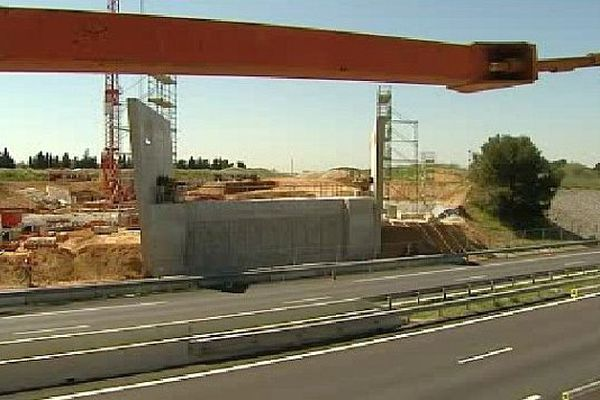 Garons (Gard) - les travaux du viaduc ferroviaire au dessus de l'autoroute A.54 entre Nîmes et Arles - avril 2015.