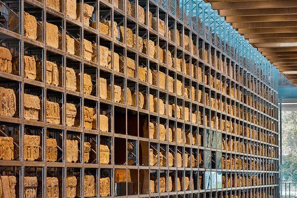 Le mur lapidaire expose une ensemble de blocs de pierres antiques