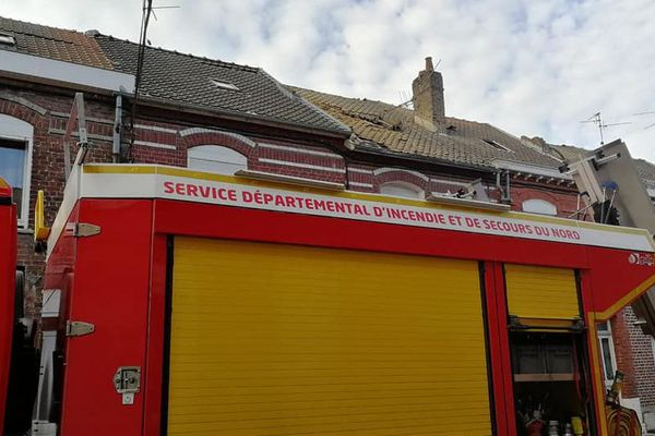 Intervention des pompiers sur des toitures endommagées à Valenciennes.