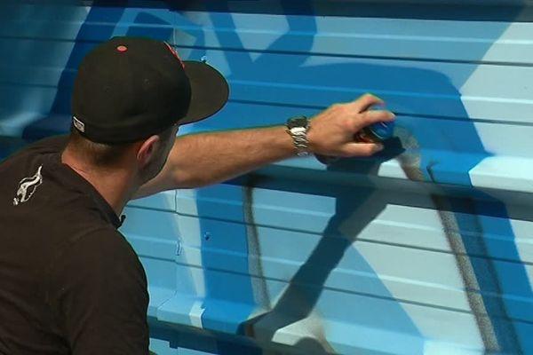 Sery applique les dernières couches de peinture sur sa fresque géante.