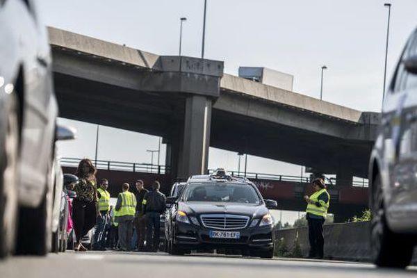 Des taxis manifestent près de l'aéroport Roissy-Charles-de-Gaulle (Val-d'Oise), le 11 juin 2014.