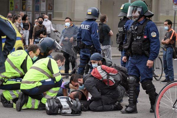 Un manifestant a fait un malaise près avoir reçu des gaz lacrymogènes, le mardi 22 sptembre à Berne. La police tentait de déloger le campement improvisé devant le parlement