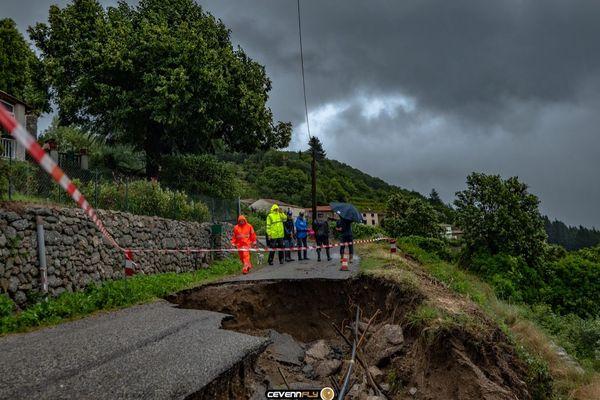 En raison du glissement de terrain, cette route qui dessert un hameau de Saint-André-de-Majencoules est impraticable.