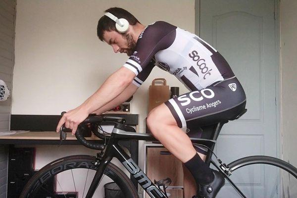 L'horizon s'arrêtant au mur d'en face, ce cycliste a choisi de s'évader par la musique et pédaler pour le CHU d'Angers