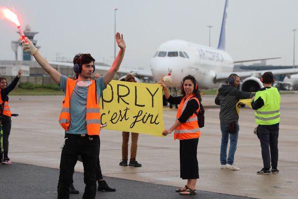 Une trentaine d'activistes ont arrêté un vol en partance vers la Corse à 10h ce vendredi matin.