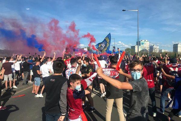 Samedi 8 mai, environ 600 supporters ont accueilli le bus des joueurs du Clermont Foot avant le match contre Sochaux, à Clermont-Ferrand.