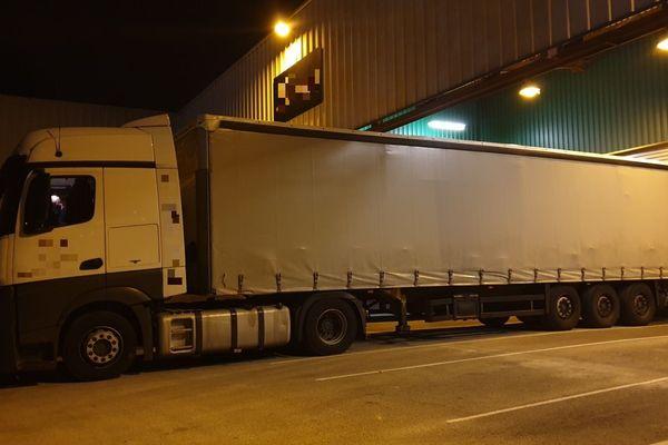 Le camion immatriculé en Lituanie et Estonie transportait 17 tonnes de tabac de contrebande.