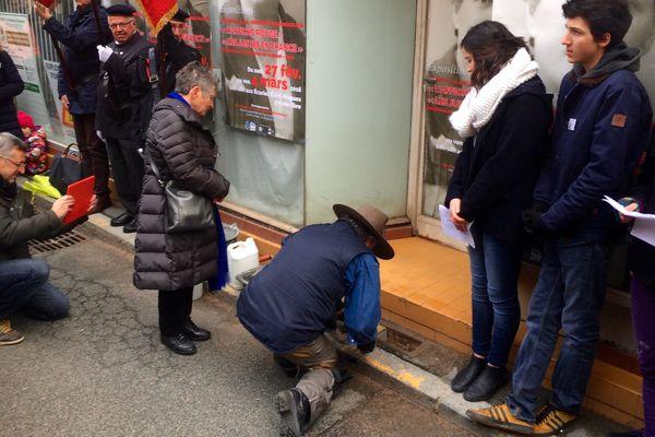 """Pose des 5 pierres """"Stolpersteine"""" , en présence d'une des petites-filles ayant survécu à la déportation"""