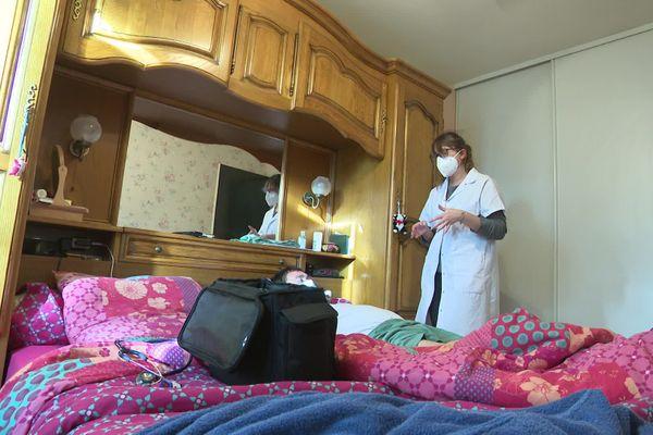 Charlotte Voultoury, médécin généraliste, en consultation à domicile