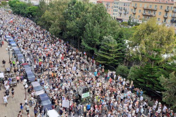 Le samedi 7 août, des milliers de manifestants défilaient dans les rues de Nice contre le pass sanitaire.