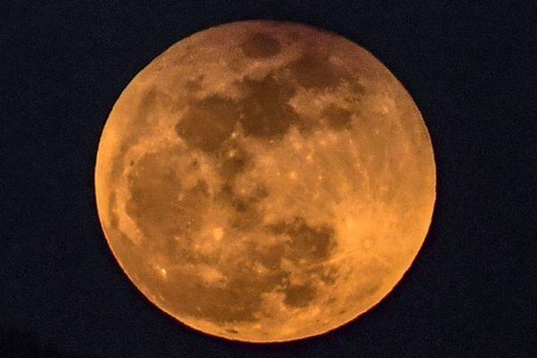 Vendredi 27 juillet, la Lune se trouvera dans l'ombre de la Terre. Cette éclipse lunaire sera la plus longue du siècle. Le 31 janvier 2018, une « super lune bleue de sang » avait été observée.