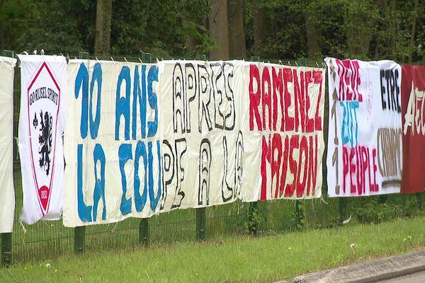 Les banderoles se sont multipliées à l'entrée du centre d'entraînement de Luchin