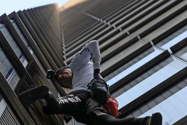 Alain Robert avant de se lancer dans sa périlleuse ascension de la tour Heron à Londres
