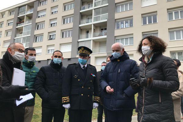 Emmanuelle Wargon, ministre du logement, et Thierry Repentin, maire de Chambéry (à droite), ont visité une copropriété récemment rénovée.