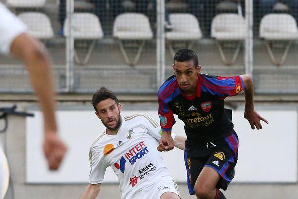 Rafik Boujedra, en bleu et rouge, dans un match face à Amiens.