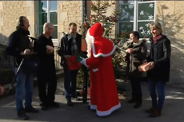Quand le Père Noël lui même offre ses cadeaux à l'équipe... les veinards !