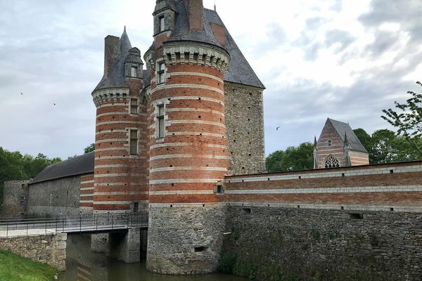 L'entrée du château de Mortiercrolles laisse deviner un vaste domaine composé de logis, tours, chapelle...