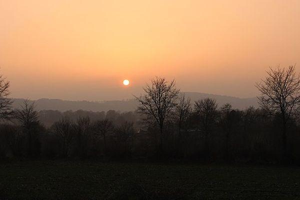 Dans l'Orne, coucher de soleil sur le  bocage, vers Sourdeval.